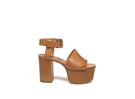 Lederfarbene Sandalette mit Maxi-Plateausohle