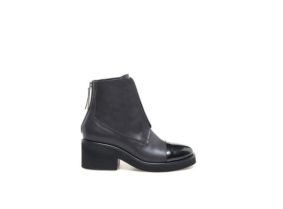 Grey ankle boot with elastic and metallic toe cap