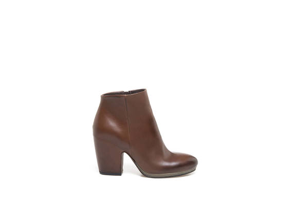 leather-coloured leather ankle boots with shell-shaped heel
