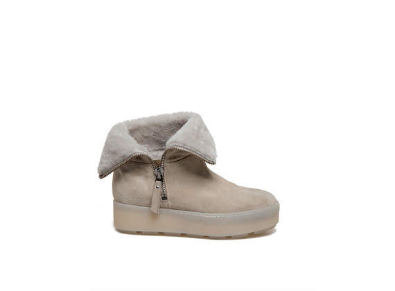 Sand-coloured booties with sheepskin cuffs