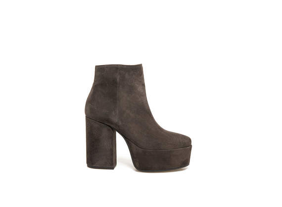 Brown suede ankle boots with maxi plateau and heel