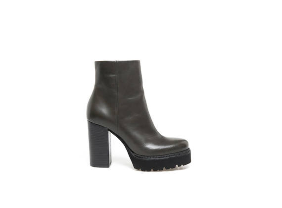 Heeled leather military-green ankle boots with Panama heel
