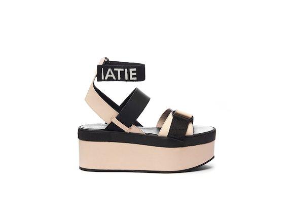 Sandale mit Klettverschlüssen, Logo-Knöchelriemchen und Keilabsatz in Puder