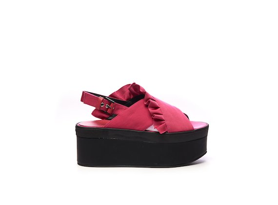 Fuchsia sandal with cross-over strap and ruches