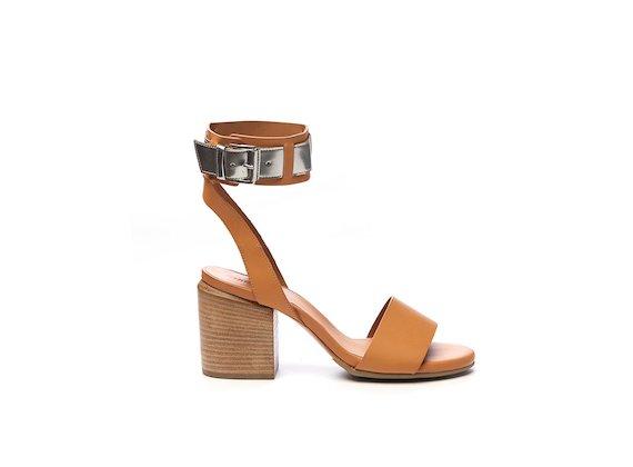 Sandale mit Knöchelriemchen in Kontrastoptik.