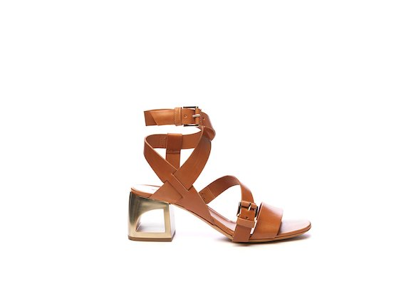 Leather-coloured sandal with braided straps and hole heel