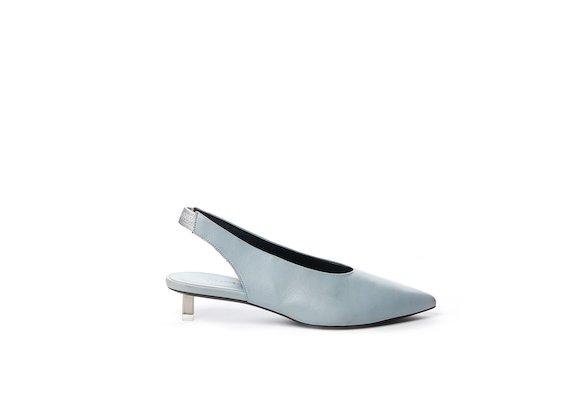 Chaussures style Chanel couleur bleu clair poudré à petits talons acier