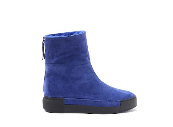 Kornblumenblaue Schaffell-Stiefelette mit Sneaker-Sohle