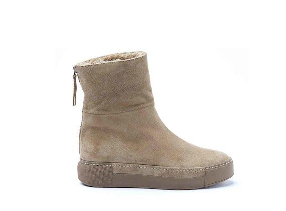 Schaffell-Stiefelette mit Sneaker-Sohle
