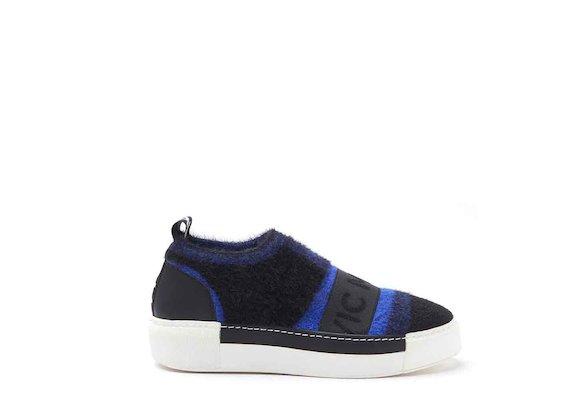Slipper aus Strick mit Sneaker-Sohle in Kornblumenblau/Schwarz