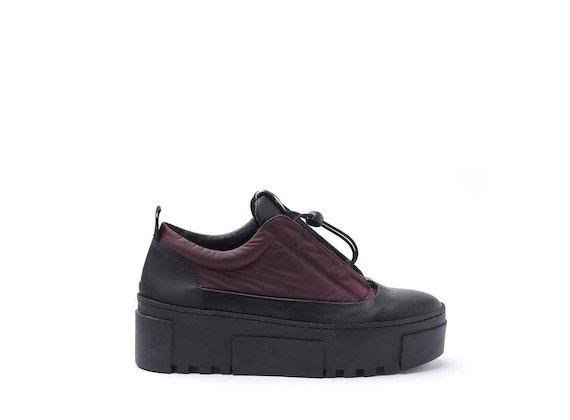 Schuh aus bordeauxrotem Nylon mit seitlich angenähter Zunge