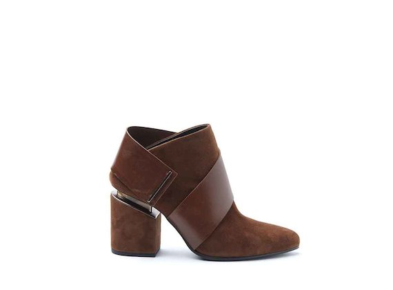 Sabot shoes with cognac-coloured suede strap and suspended heel