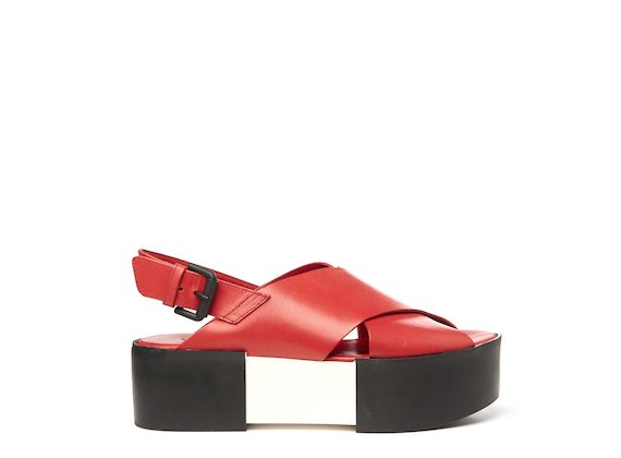 Sandale mit überkreuzten Riemen