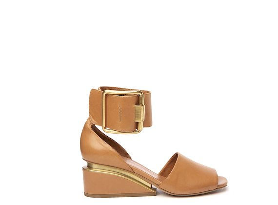 Leather sandal with ankle strap and maxi buckle