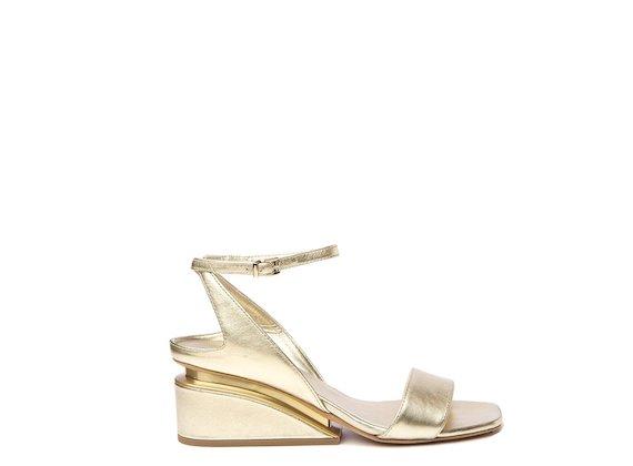 Sandales couleur or à talon suspendu