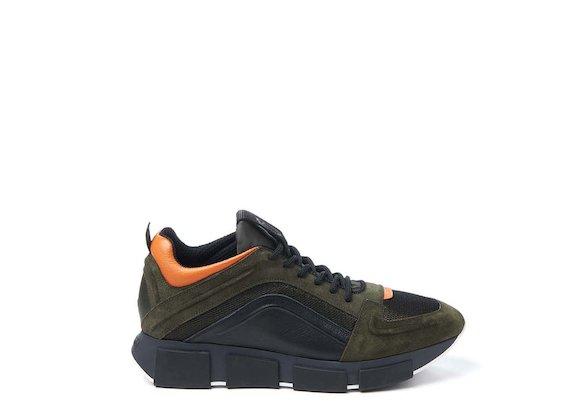 Militärgrün-oranger Laufschuh