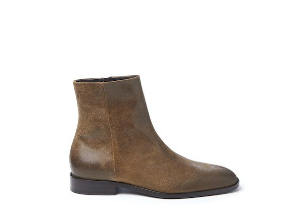 Square-toed oiled crust leather ankle boot