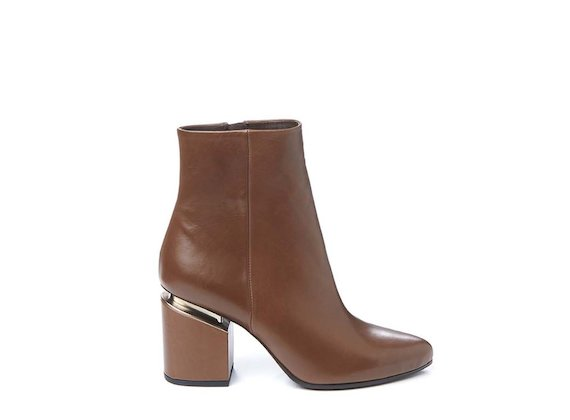 Leather-coloured ankle boot with suspended heel