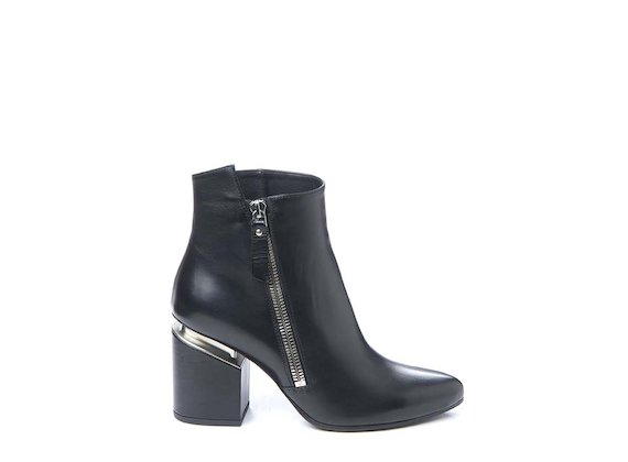 Ankle boot with side zip and suspended heel