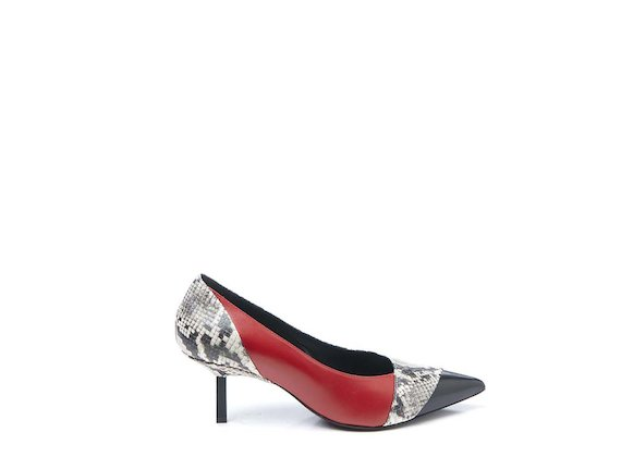 Patchwork court shoe with metallic heel