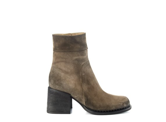 Clay-grey split leather ankle boots with chunky heel