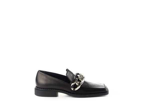 Quadro Flat moccasins in soft black calfskin with silver chain - Noir / Argent