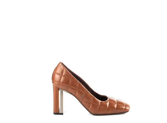 Duplex pumps in quilted brown leather