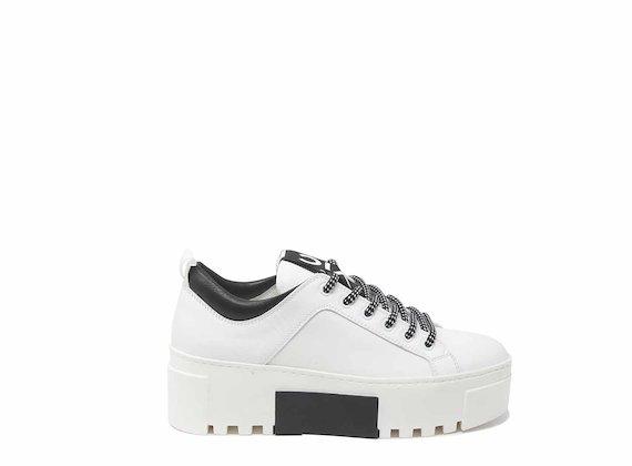 Sneakers blanches avec empiècement arrière et insert contrastant