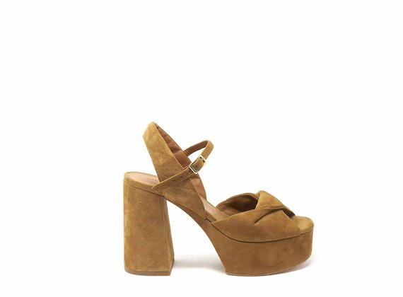 Wedge sandals with knotted band