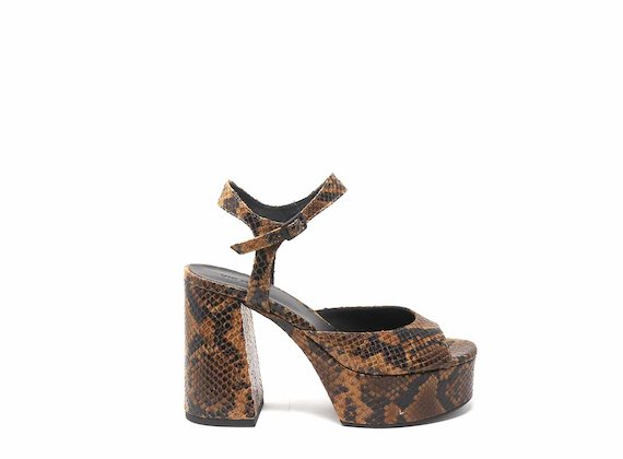 Stumpfe Sandale mit Reptileffekt