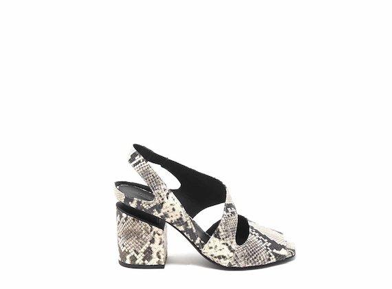 Stumpfe Sandale mit Reptileffekt mit unterbrochenem Absatz