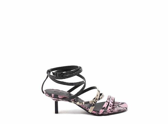 Sandalo effetto rettile con tacco a spillo e cinturini alla caviglia