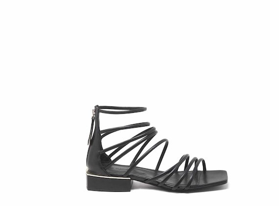 Sandales avec lanières noires entrelacées