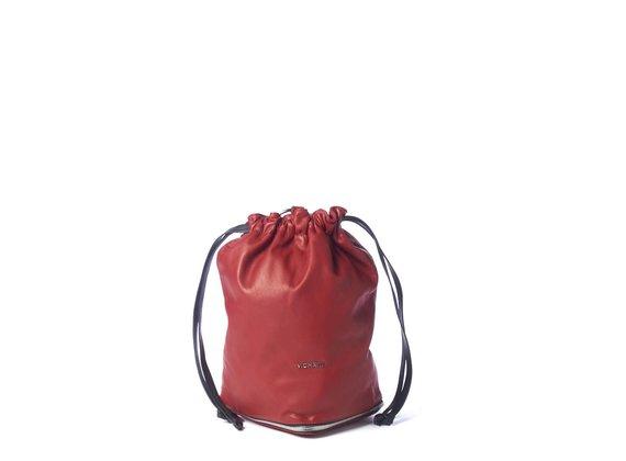 Harper<br>Verschließbarer Sack aus rotem / schwarzem Leder.