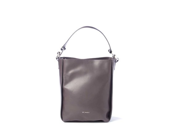 Edith<br> bucket bag in grey leather with metal hooks.