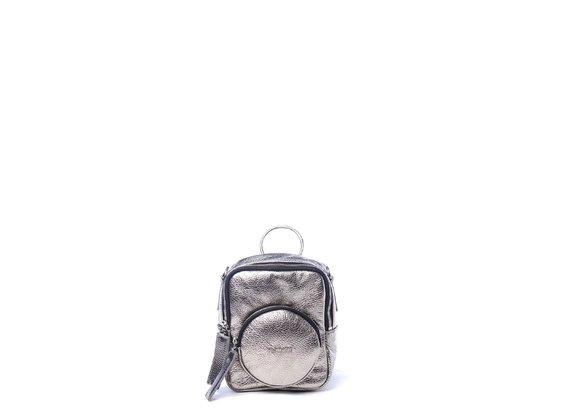 Beverly<br>Viereckiger Minirucksack aus bleifarbenem Metallic-Leder