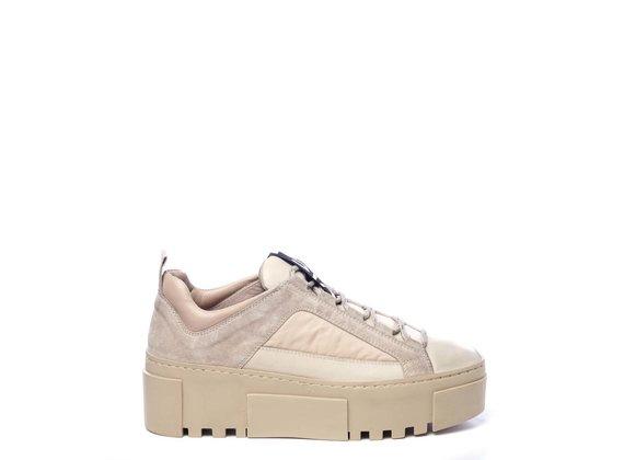 Sneaker aus Kalbsleder und Nylon in Puder und Beige