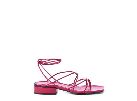 Sandale plate à séparateur d'orteil en cuir nappa magenta