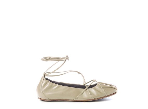 Ballerina flats in soft ivory-coloured nappa leather with string