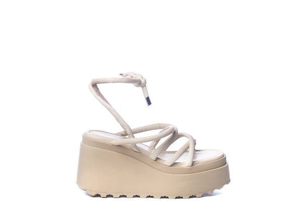 Wedge sandals with thin ivory-coloured strips