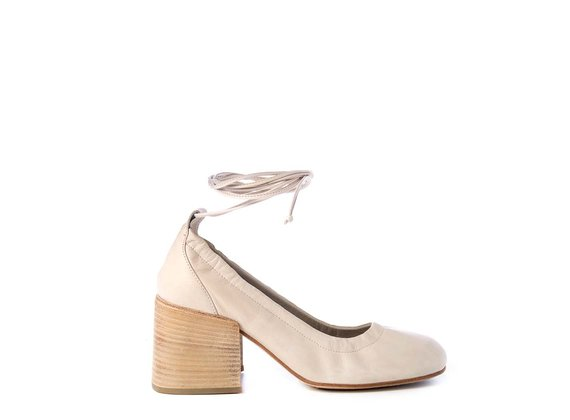 Ivory-coloured calfskin pumps with string